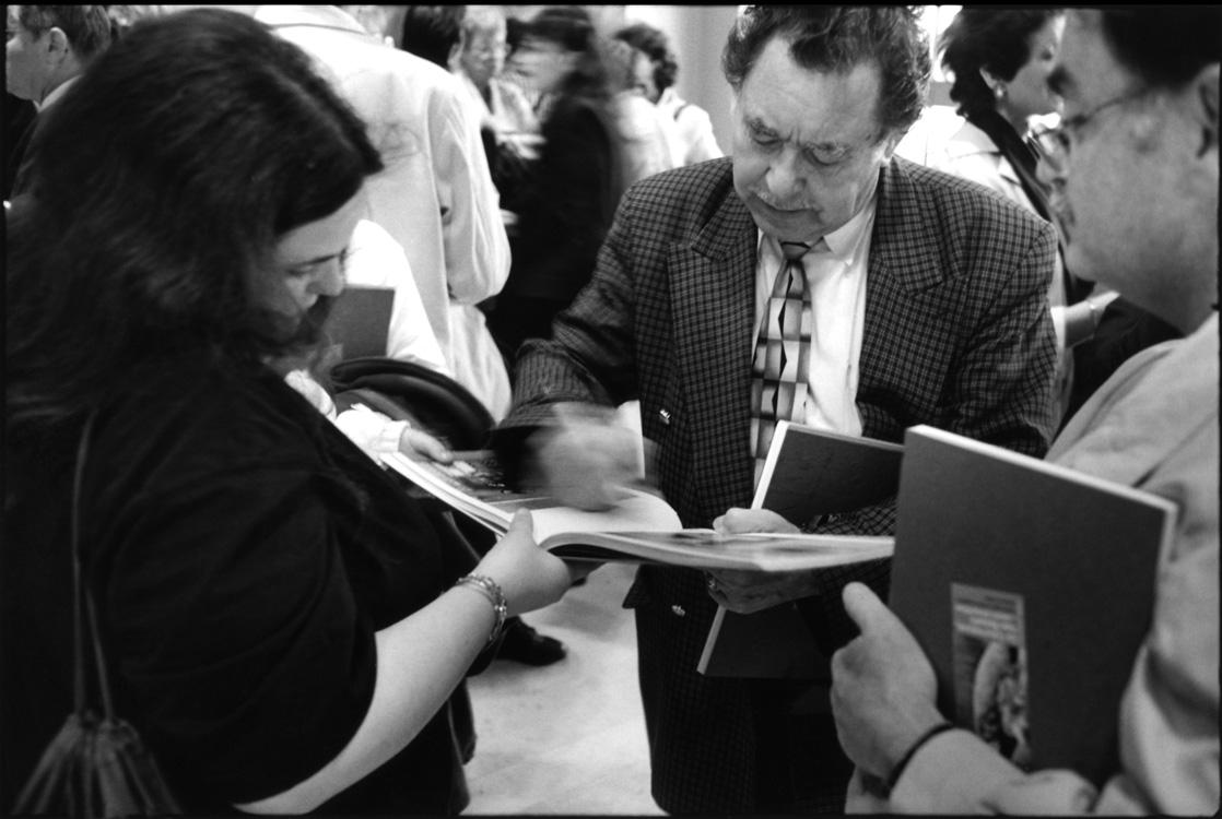 Au cours de la fête qui clôt l'aventure, le livre est donné aux habitants. Chacun signe le livre sous la photo le représentant.