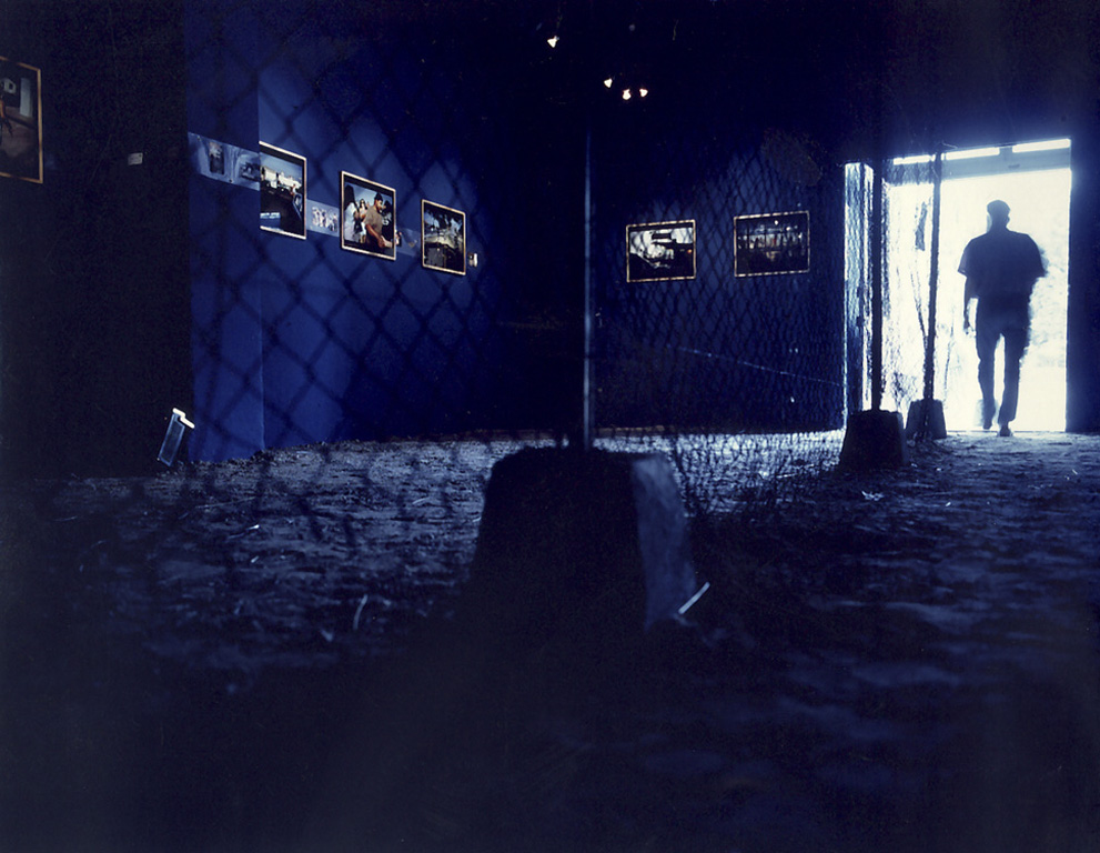 Nord Sud . 1991. L'exposition aux Rencontres Internationales de la Photographie d'ˆArles en 1991. ScŽénographie de Nous Travaillons Ensemble. ( la salle d'exposition est coupŽée en deux par une barrière de grillagŽe  avec d'un c™ôtéŽ les photographies prises au Mexique, de l'autre, celles prises aux USA).