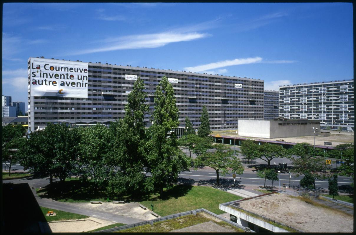Destruction de la barre Renoir, citŽ des 4000, La Courneuve, 8 juin 2000.