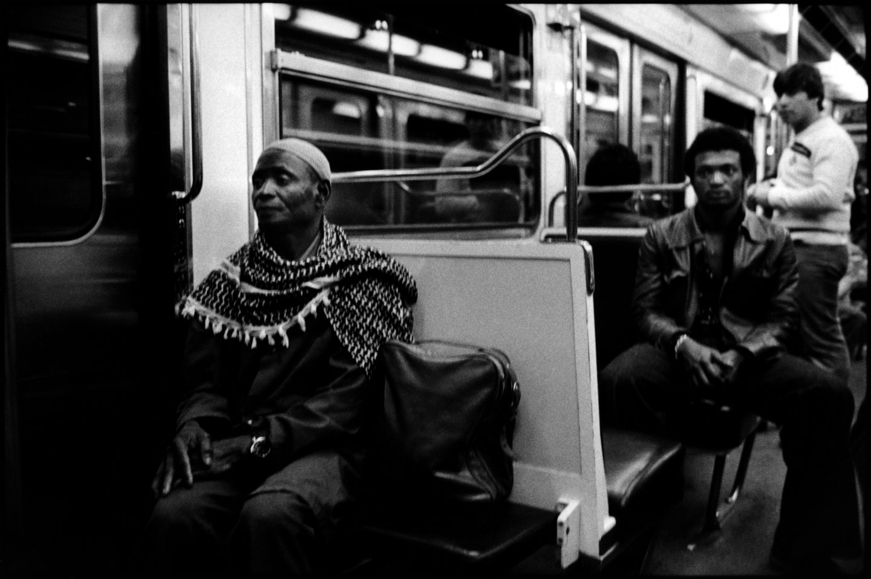 Abdoulaye, l'ainŽé du groupe travaille au nettoyage des lignes du mŽétro la nuit.