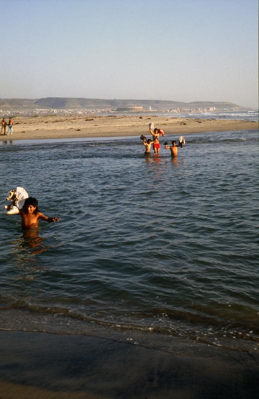 Imperial Beach. La traversée du Rio Tijuana par les migrants venant de traverser la frontière .