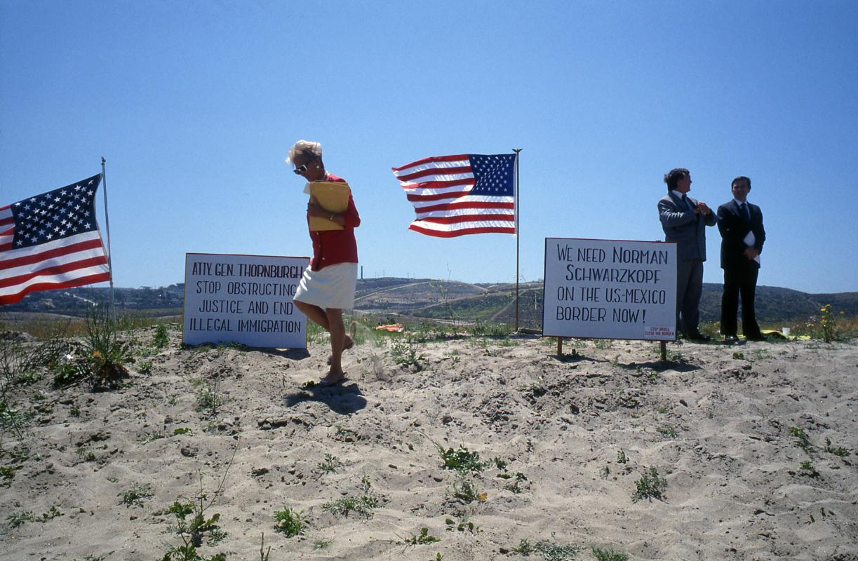 """Imperial Beach. Manifestation de """"Light up the border"""" (surveillez la frontière)."""
