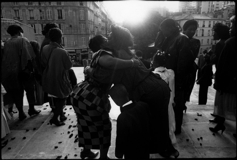 """Sur les marches de l'Žéglise """"Notre-Dame-de-la-Croix"""" de Ménilmontant. 1993."""