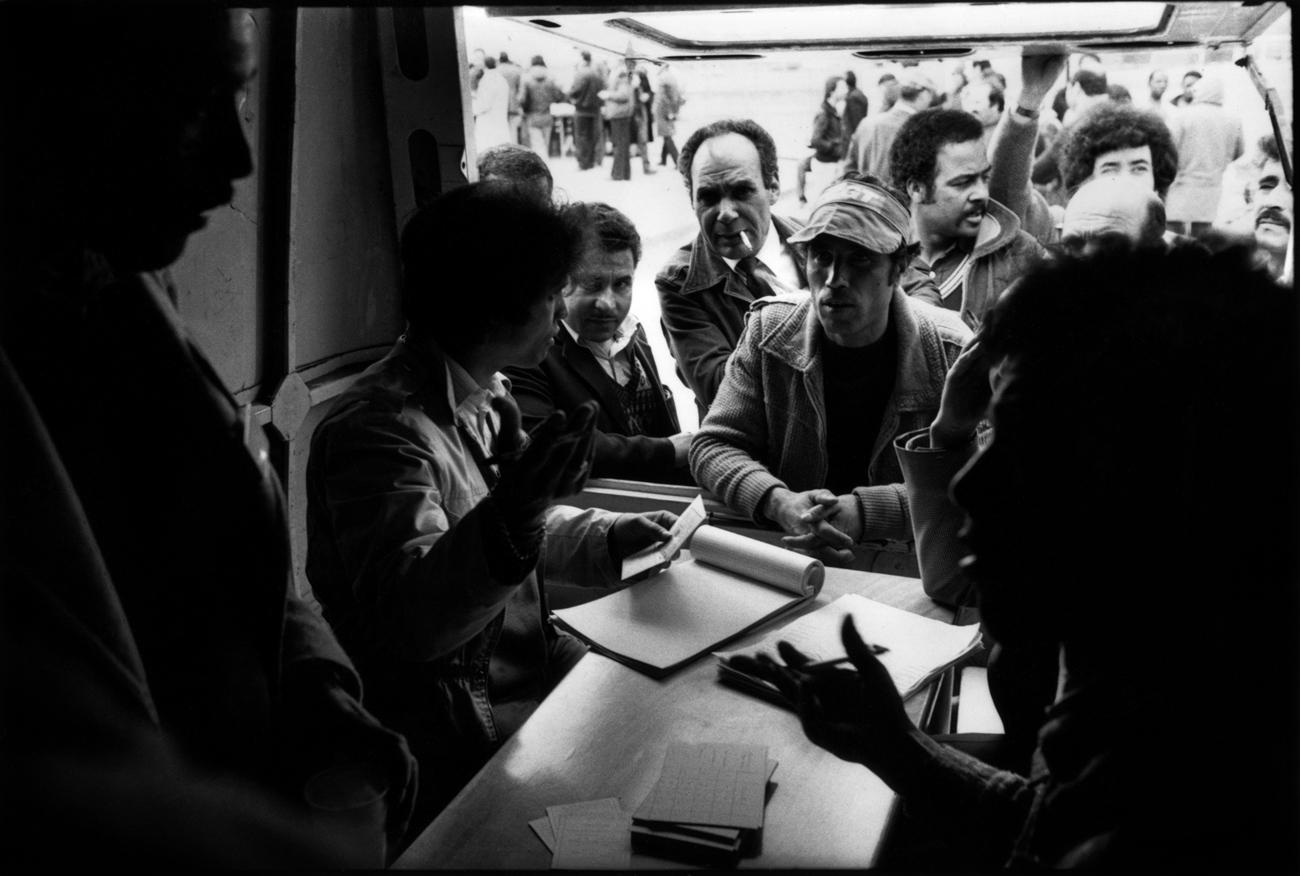 Citroën Aulnay, la première grève. 1982. Organisation des piquets de grève, distribution de repas.