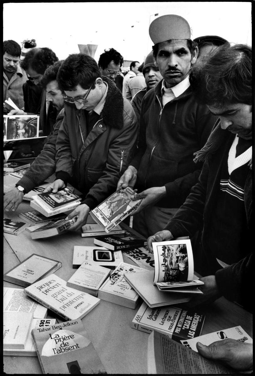 Citroën Aulnay, la première grève. 1982. La bibliothèque de la ville vient de mettre à la disposition des grévistes une table de livres.