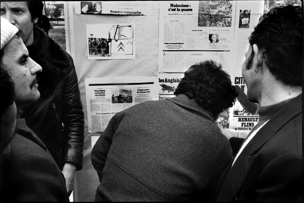 Citroën Aulnay, la première grève. 1982. Lecture de la presse du jour.