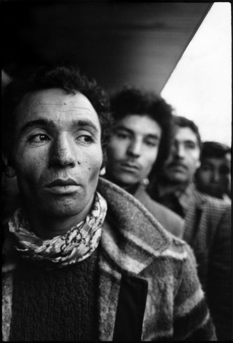 Levée du corps de Laïd Sebaï, gardien de l'Amicale des Algériens en Europe, assassiné au cours d'un attentat raciste à Paris le 2 décembre 1977.