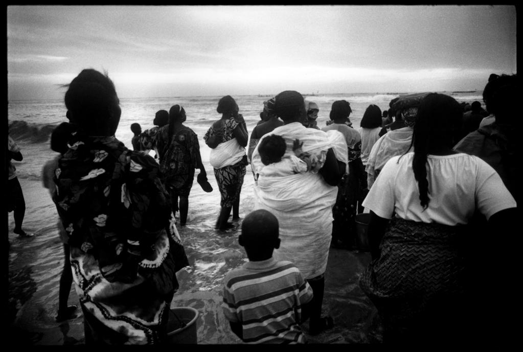 Ngetdar, le village des pêcheurs. Saint-Louis-du-Sénégal, l'attente du retour des pêcheurs. 1995.