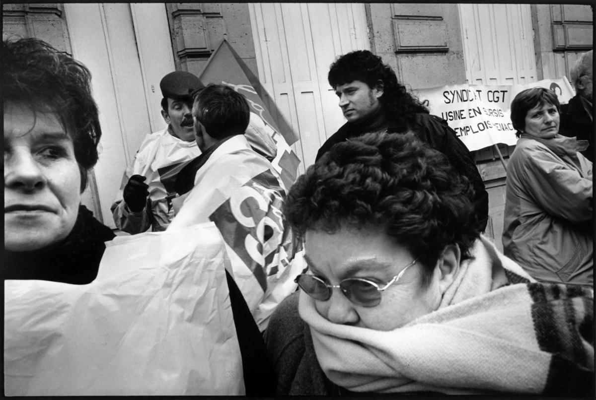 Les travailleurs de l'usine LU de Calais devant le siège de Danone  ˆParis.  mars 2001.,