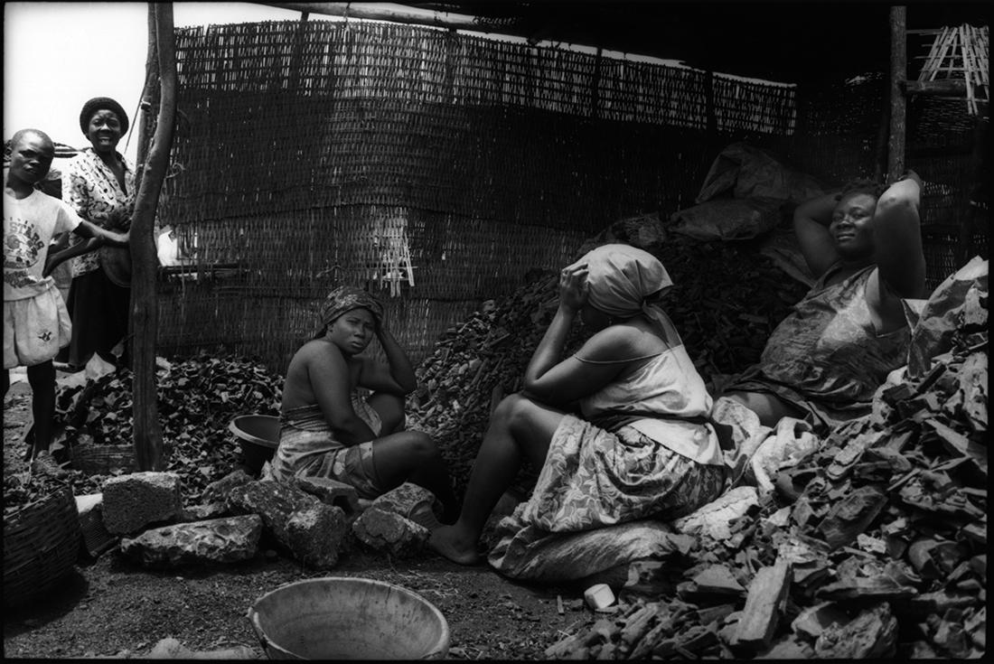 Les charbonnières sur le marché de La Saline. 1992.