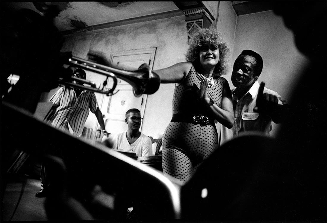 """Marta Cabrera Salar, dite """"Marta Venus"""", et son orchestre de Salsa amateur. Les statues de la Santeria surveillent son salon. Elle vient de dédier un poème à son Comandante en Jefe Fidel."""